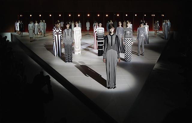 Designers such as Michael Kors, Marc Jacobs and Oscar de la Renta make us love the vertical stripes.