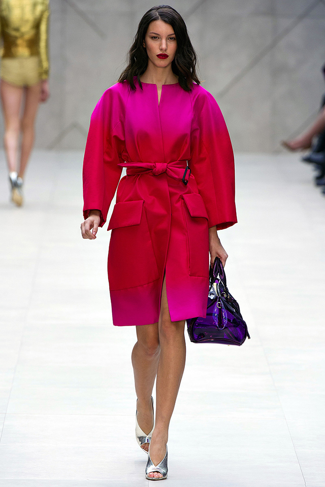 Burberry´s incredible model using strong color: fuschia. Color trends 2013: yellow, fuchsia, peacock blue Color trends 2013: yellow, fuchsia, peacock blue Burberry presenting fuschia for SS 2013