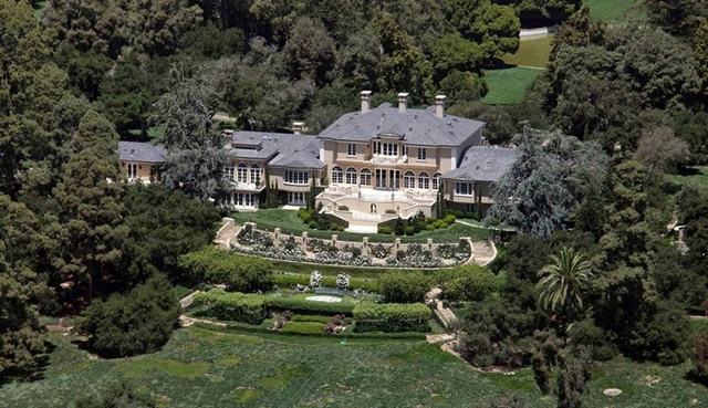 """The world's only African-American billionaire is a charismatic person admired worldwide. Her consecutive achievements during her career led her to the stage where she is today, where she has pretty much everything, including millionaire real estate properties and planes""  Oprah Winfrey - Celebrity Homes Montecito House"