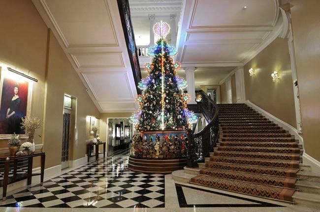 dolce gabbana christmas tree claridge