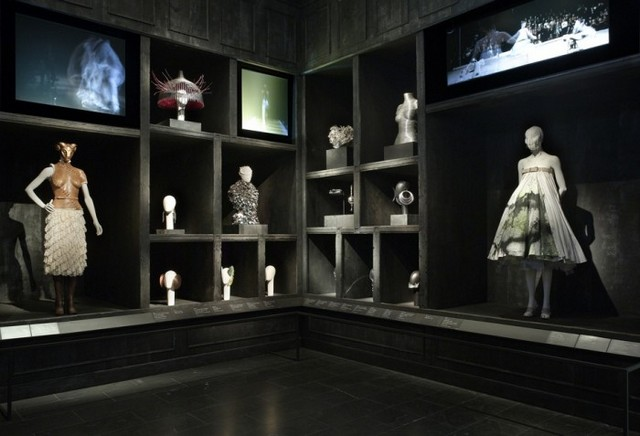 tree-8-700x477 Savage Beauty Exhibition and Alexander McQueen´s best designs Savage Beauty Exhibition and Alexander McQueen´s best designs tree 8