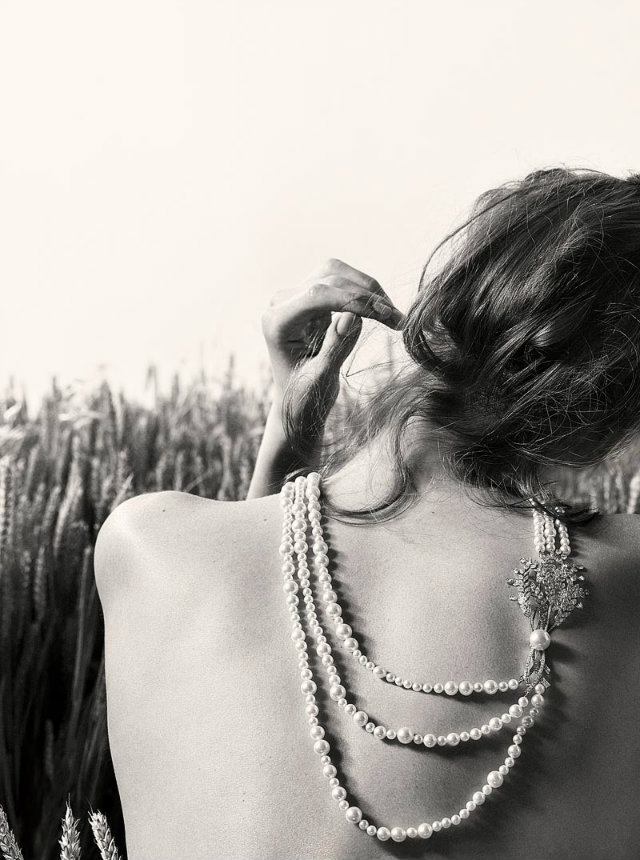 "The ""Moisson Ensoleillée"", ""Bouquet de Moisson"" and ""Moisson de Perles"" series of the collection utilize a Coco favorite: pearls."