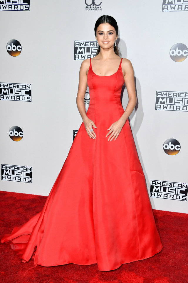 Selena Gomez returned to the spotlight at the American Music Awards looking stunning in an elegant red Prada gown.