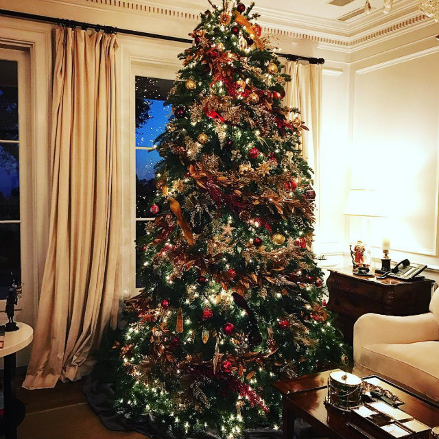 The Best Celebrity Homes Decorated For Christmas celebrity homes The Best Celebrity Homes Decorated For Christmas How Celebrities Are Decking Their Homes for the Holidays 1