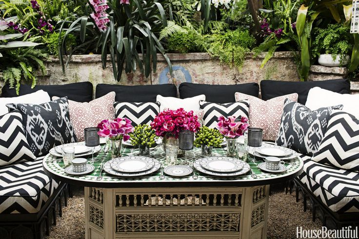 Outdoor dining, black and white decor, black and white upholstery,outdoor dining outdoor entertaining area 12 Fabulous Outdoor Entertaining Areas 6a8876e4742f5f4fb9e8a29304b20e82 graphic patterns outdoor living spaces