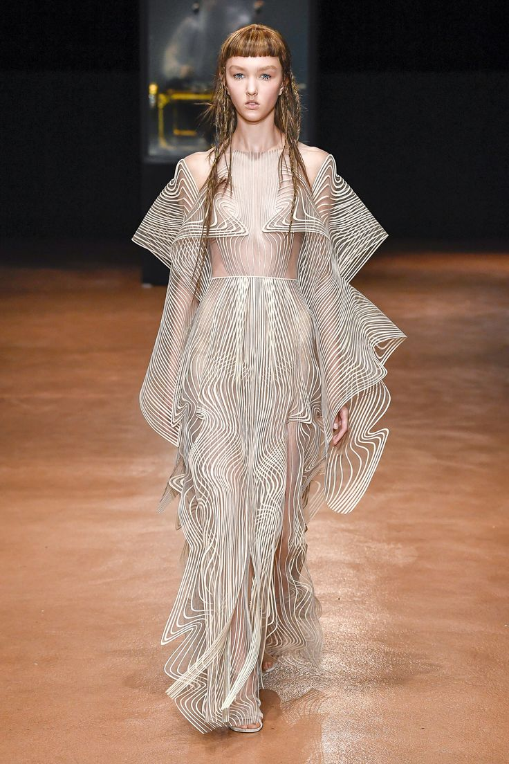 Iris van Herpen Fall 2017, fashion trends fall 2017 haute couture paris fashion week 2017 Top Fashions from the Haute Couture Paris Fashion Week 2017 Iris van Herpen Fall 2017 Couture Fashion Show2