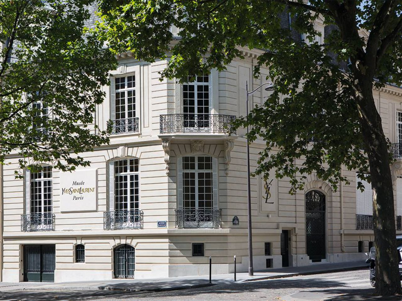 Musee Yves Saint Laurent Paris - YSL Foundation - top fashion designer 20th century - legendary hôtel particulier on 5 avenue Marceau