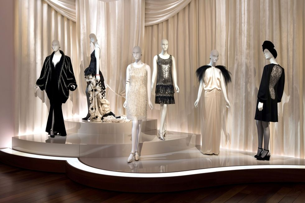 Musee Yves Saint Laurent Paris - YSL Foundation - top fashion designer 20th century - legendary hôtel particulier on 5 avenue Marceau - plaster-drapery in ballroom