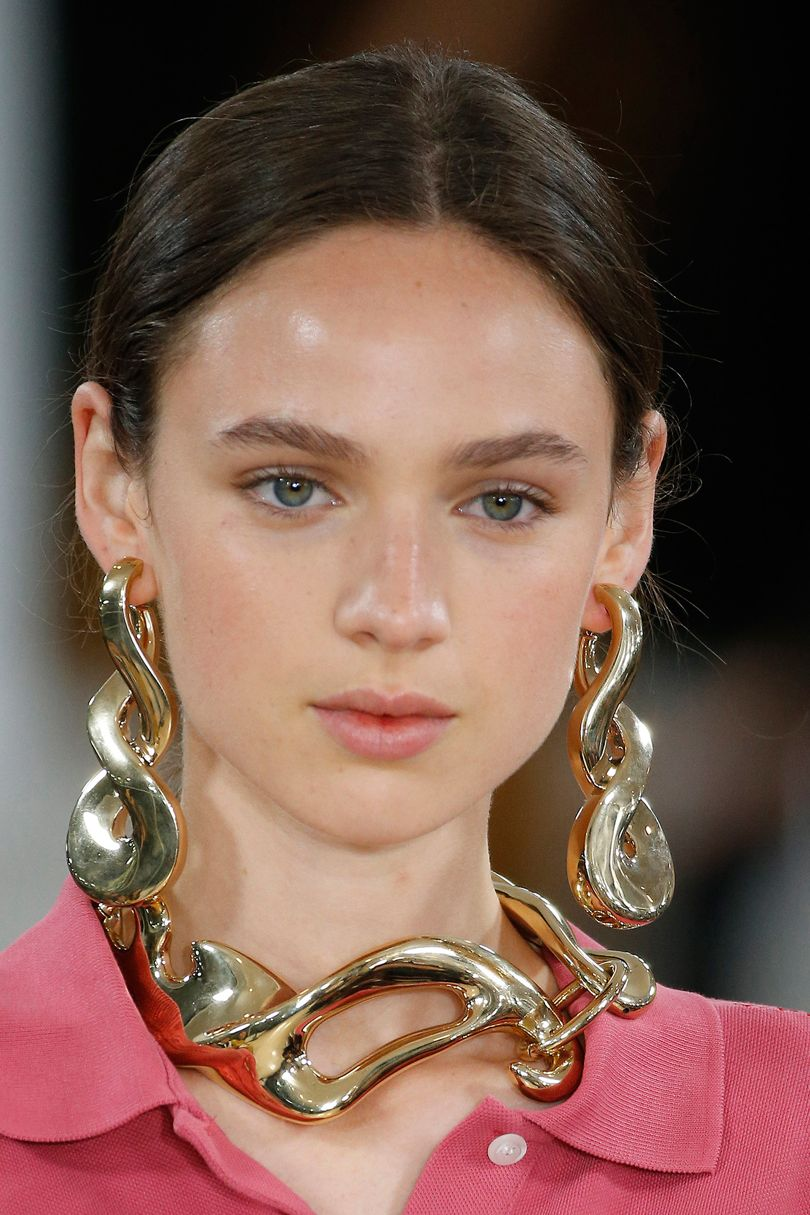 Jacquemus 2018 - Fashion Trends 2018 - Shoulder-grazer earrings - accessory trends 2018 - long earrings