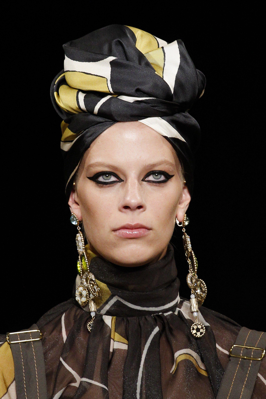 Marc Jacobs Spring 2018 - Image via Indigital - Shoulder-grazer earrings - long earrings - accessory fashion trends 2018