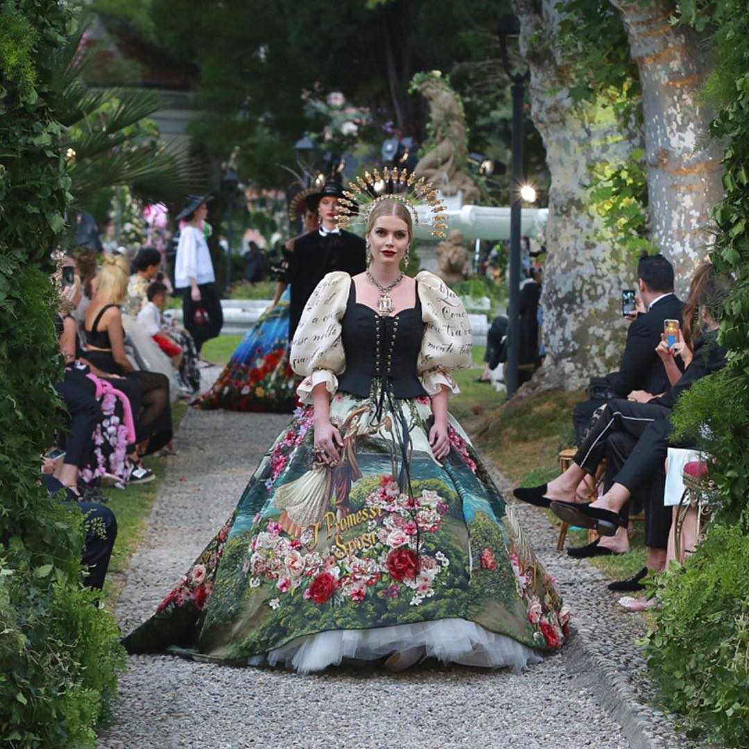 Lady Kitty Spencer walks for the Dolce and Gabbana Alta Moda Fashion Show at Lake Como, July 2018 - via @dolcegabbana