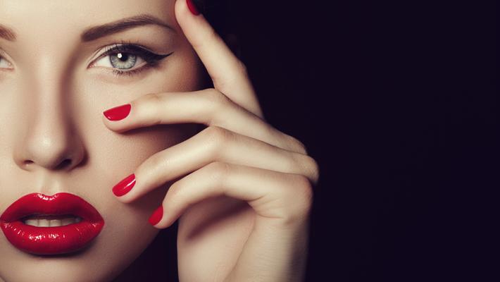 Eyebrow Feathering 101 - Microblading, Microfeathering, Microshading - eyebrow makeup - perfect eyebrows - beauty tips - Photo by CoffeAndMilk via iStock
