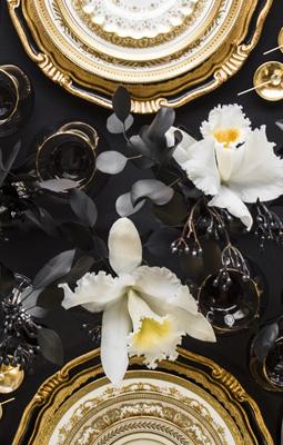 Casa de Perrin Luxury Dinnerware - luxury dinnerware sets - luxury table settings - black and gold table settings