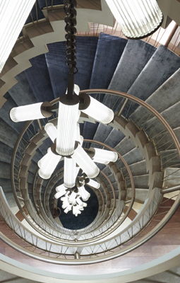 Holiday House NYC 2018 Spiral Central Staircase with Ombre Carpet and Long Hanging Chandelier