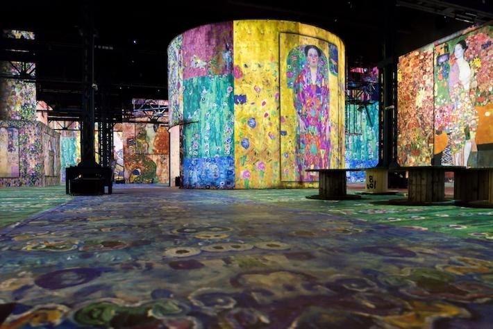 Room in Gustav Klimts nights at atelier des lumineres