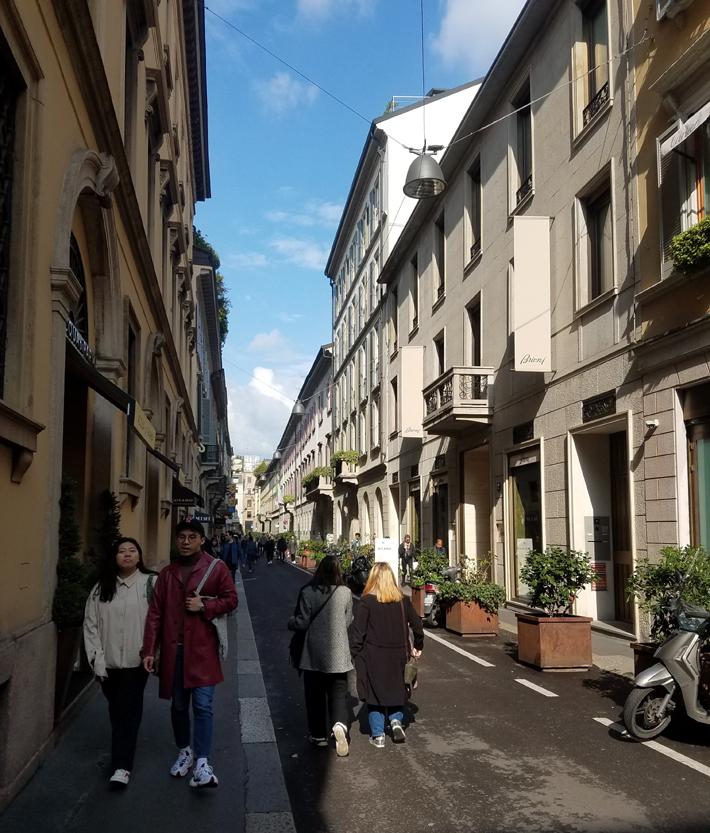 via gesu men's fashion in milan shopping