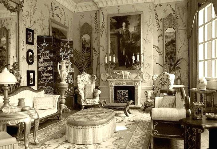Plant-based patterns and large mirrors as seen in this living room are often found in the Edwardian style - royal design