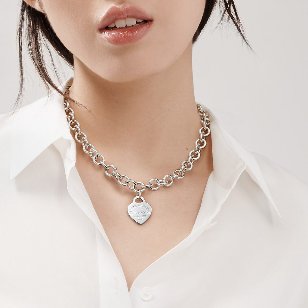 iconic fashion pieces jewelry tiffany heart tag necklace