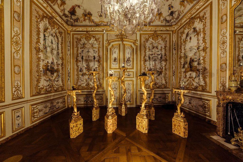 Domaine de Chantilly - La Fabrique de l'Extravagance exhibition of Chantilly and Meissen porcelain, scenography by Peter Marino. Photo by Christophe Taniere Photographie.