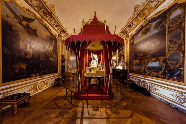 peter marino exhibition design at  Domaine de Chantilly La Fabrique de l'Extravagance exhibition of Chantilly and Meissen porcelain. Photo by Christophe Taniere Photographie.