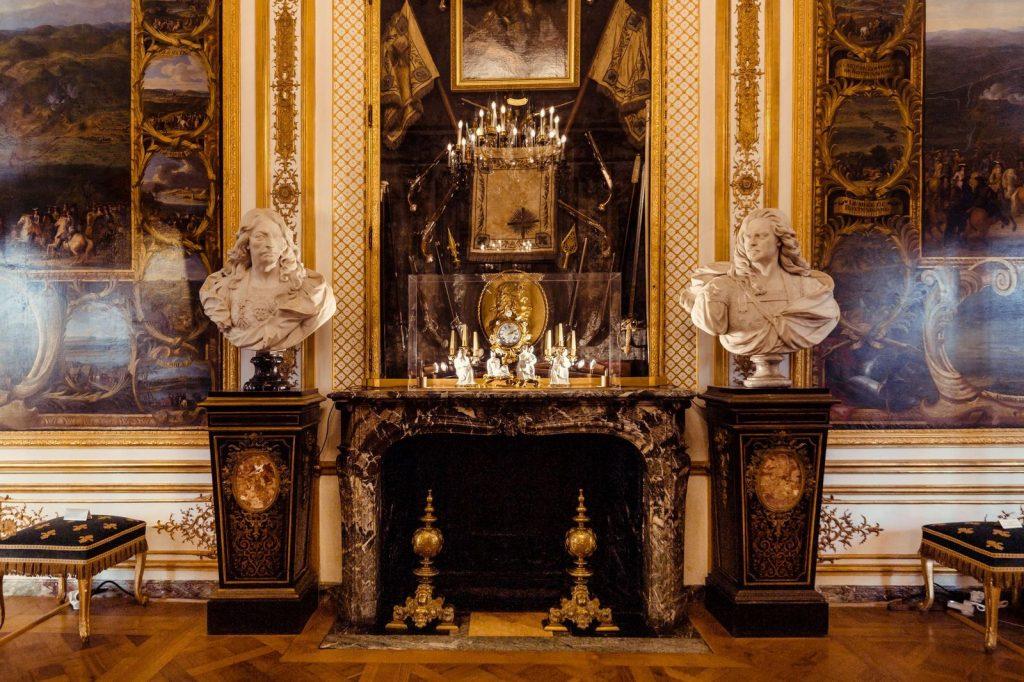 peter marino exhibition design La Fabrique de l'Extravagance exhibition of Chantilly and Meissen porcelain at Domaine de Chantilly. Photo by Christophe Taniere Photographie.