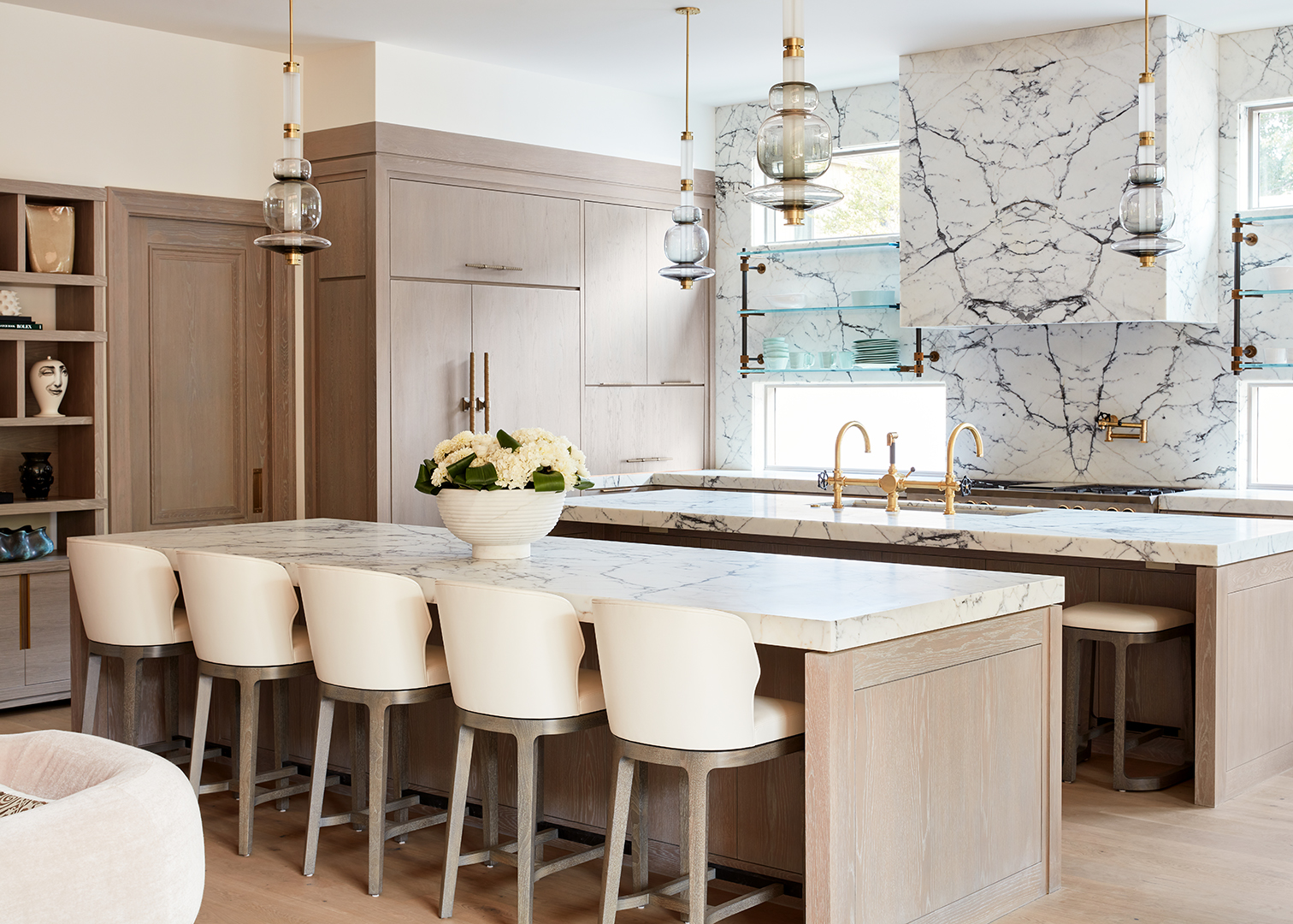 cream modern kitchen design jennifer welch interior design photo by josh welch featuring amuneal shelves