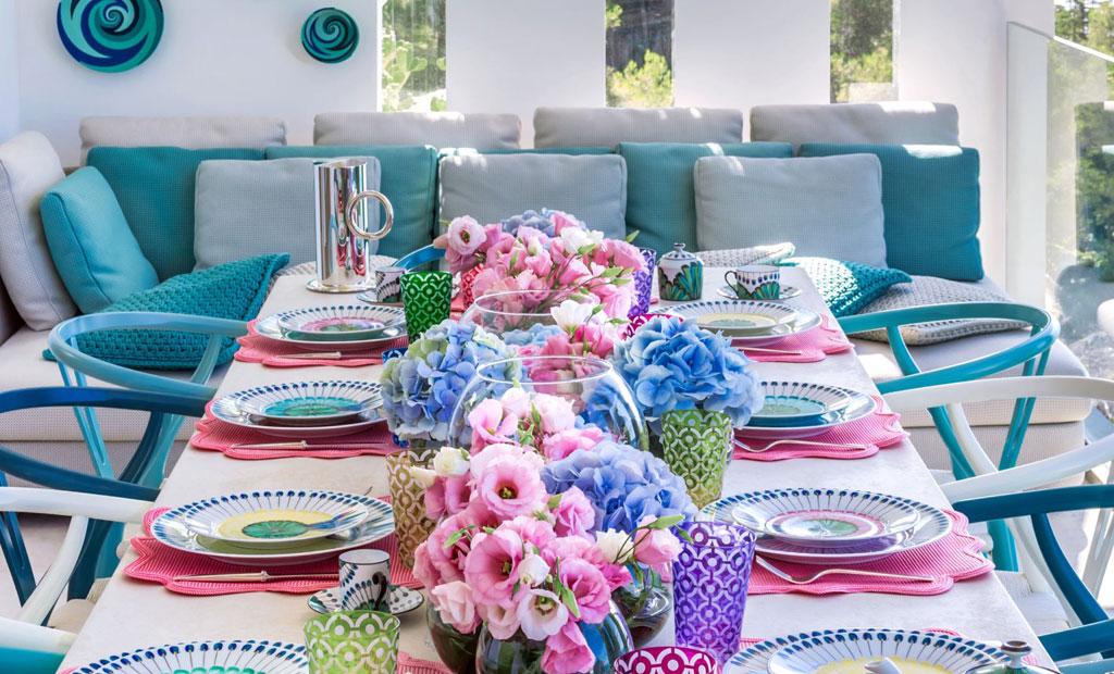 colorful table setting Sabrina-Monte-Carlo Summer Interior Design Ideas to brighten your home