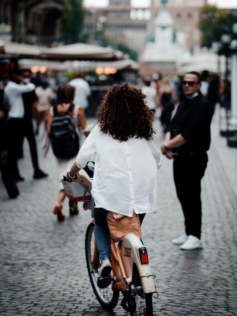 woman biking in the city fashionable (Photo by Dominik Hofbauer)